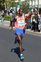 Wilson Kipsang on his way to set a new world record at the 2013 BMW BERLIN-MARATHON